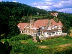 Beinn Bhreagh (means beautiful mountain) ~ Alexander Graham Bell's house in Baddeck (Cape Breton, Nova Scotia, Canada) Places Ive Been, Places To Go, Atlantic Canada, Canada Eh, Cape Breton, Prince Edward Island, New Brunswick, Canada Travel, Nova Scotia