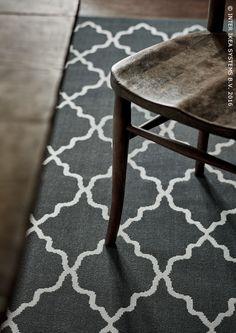 Een traditioneel grafisch patroon. Bestand tegen vlekken en de beweging van stoelen. Tapijt HOVSLUND #IKEABE