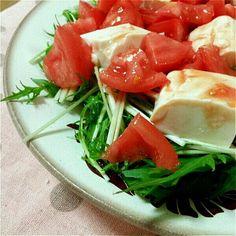 水菜と豆腐に、おろしにんにくとタバスコを効かせたトマトドレッシングをかけました。 - 9件のもぐもぐ - 水菜と豆腐のトマトドレッシングサラダ by mippimippi