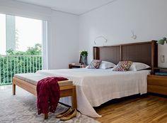 apartamento-Gil-Cioni-Olegario-de-Sa-quarto-casal-varanda-cabeceira-tapete-neutro (Foto: Lufe Gomes/Editora Globo)