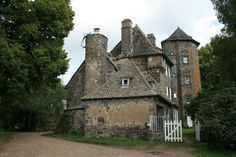 French Houses, French Castles, French Style Homes, Clermont Ferrand, Château Fort, Ville France, Manor Houses, Chateaus, French Chateau