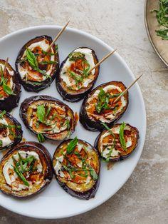 Aubergine med fetakrem – Et kjøkken i Istanbul Istanbul, Avocado Egg, Starters, Finger Foods, Side Dishes, Vegetarian Recipes, Food And Drink, Dinner, Breakfast
