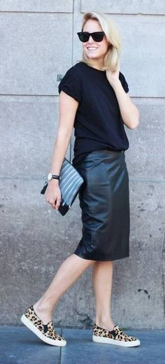 26 super fashionable outfit ideas to wear your high waisted pencil skirt just like everyday. And all the tips on how to style it to look amazing! Black Pencil Skirt Outfit, Black Leather Pencil Skirt, Pencil Skirt Casual, High Waisted Pencil Skirt, Pencil Skirts, Pencil Dresses, Skater Skirts, Skirt Fashion, Fashion Outfits