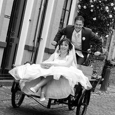 Samen op de bakfiets door de binnenstad van Deventer. Foto; Vreugd Fotografie Trouwreportage / bruidsfotografie / bruidsfotograaf / huwelijk / bruiloft / wedding / weddingphotography / fotoshoot / reportage