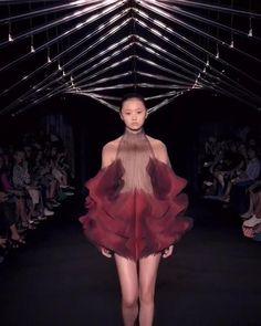 LOOK 11 - Syntopia - Iris van Herpen - Couture Couture Fashion, Runway Fashion, Fashion Show, Fashion Outfits, Structured Fashion, Conceptual Fashion, Fashion Design Portfolio, Iris Van Herpen, Stephane Rolland