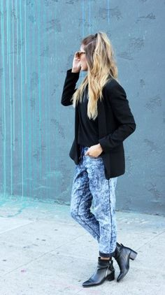 Street style tip of the day: Acid wash joggers Spring Summer Fashion, Autumn Winter Fashion, Winter Style, Denim Joggers Outfit, Stylish Outfits, Stylish Clothes, Fashion News, Women's Fashion, Style Me