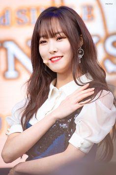 Gfriend-Yuju 190216 Free live event in tokyo Kpop Girl Groups, Korean Girl Groups, Kpop Girls, Gfriend Profile, Gfriend Yuju, Pop Hits, Cloud Dancer, Entertainment, G Friend