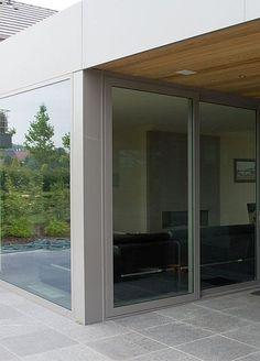 Comment suffisamment assurer votre maison ? Fenêtre coulissante • terrasse couverte • Photo: www.sapa-chassis.be House Windows, House Extensions, Cladding, Sweet Home, Gardens, Doors, Future, Outdoor, Ideas