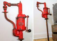 Esso Oliepumpe - perfekt til mandehulen  Her er den perfekte udsmykning til mandehulen - en gammel Esso oliepumpe. Esso havde tankstationer i Danmark frem til 1986, så det er ikke så ofte man støder ind i et samlerobjekt som dette. Oliepumpen står med original maling med den helt rigtige patina.  Totalhøjde: 107 mm – Rød pumpedel højde 53 mm Behandling: Er nænsom renset  Pris 1.450,- (Kan afhentes eller sendes mod porto) #genbrug #salg #tilsalg #industrial #bil #esso
