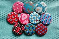 badges en tissu petitpan, en vente sur PimpmybadgeParis sur Etsy.  Fabric covered buttons, sold by PimpmybadgeParis on Etsy
