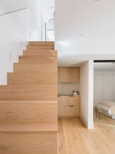 Predominio del color blanco y la madera maciza Stairs In Kitchen, Home Decor, Hardwood Stairs, Small Hall, Semi Detached, Apartments, Yurts, Nail Stencils, Off White Walls