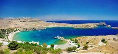 SPIAGGIA DI LINDOS (Rodi) -  Ideale per una nuotata nel mare cristallino e per rilassarsi prendendo il sole sulla spiaggia di sabbia. E' possibile raggiungere Lindos in autobus e in barca dalla città di Rodi o comodamente con un'auto a noleggio.
