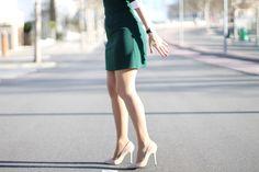 Zapatos nude de Chloe Borel para un look femenino con vestido verde y reloj Daniel Wellington #kissmylook