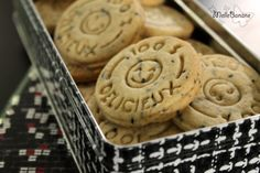 L'avantage des petits biscuits c'est qu'on peut varier leur goût à l'infini et que cela fait des petits cadeaux très sympas. Cette fois j'ai choisi la noix et les amandes pour les parfumer et le sesame noir pour décorer la pâte en plus de son goût ;)...
