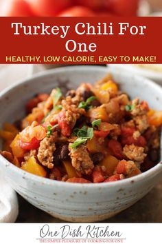 Easy Turkey Chili recipe made with lean ground turkey tomatoes vegetables and spices. A healthier alternative to beef chili this flavor packed single serving meal can be ready in around 30 minutes! Easy Weeknight Meals, Quick Easy Meals, Easy Dinner Recipes, Easy Recipes, Dinner Ideas, Roast Beef Recipes, Chili Recipes, Healthy Recipes, Turkey Recipes