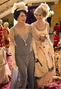 Elizabeth McGovern as Cora Crawley, Countess of Grantham and Lily James as Lady Rose MacClare in Downton Abbey Series 4 Christmas Special . Downton Abbey Costumes, Downton Abbey Series, Downton Abbey Fashion, Elizabeth Mcgovern, Julian Fellowes, Vintage Outfits, Vintage Fashion, Lady Mary, Movie Costumes