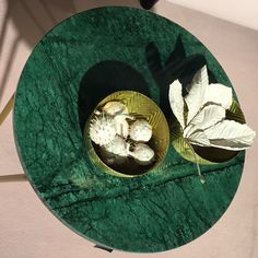Smuk grøn marmor bordplade til kontorindretning - smuk pynt - kastanjer der er sprøjtemalet således at man ser konturer tydeligt