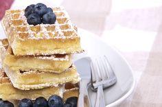 Desayuna esta deliciosa receta de waffles con moras, se le agrega también canela lo que le da un toque especial. Prepáralos para un desayuno en familia. COME BIEN