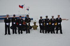 Fiestas Patrias en la Antártica Chilena. Dotación de la Gobernación Marítima de Bahía Fildes.