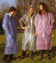 3 Girls in their plastic macs Clear Raincoat, Vinyl Raincoat, Pvc Raincoat, Plastic Raincoat, Plastic Pants, Raincoats For Women, Jackets For Women, Imper Pvc, Rain Bonnet