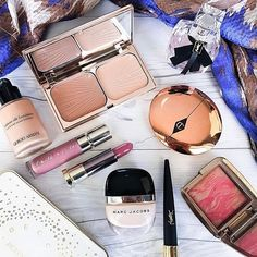 Saturday Makeup 💄 and some of my favorite going out essentials 💁🏻 What are some of your current makeup must-haves? 🌟  Hope everyone's weekend is off to a great start! ✨ • • •  #makeup #makeupartist #makeupaddict #mua #makeupforever #makeuplover #motd #makeupoftheday #makeupjunkie #makeupgeek #beautiful #makeupbyme #makeupmafia #makeupmurah #makeupobsessed #ootd #ilovemakeup #beauty #bblogger #beautyblogger #fashion #instamakeup #instabeaut