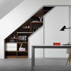 bureau à domicile sous comble aménagé avec un placard sous pente personnalisé à porte coulissante