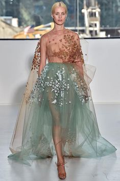 Delpozo New York fashion week ドレス Fashion Week, New York Fashion, Look Fashion, High Fashion, Fashion Show, Fashion Tv, Fashion Styles, Paris Fashion, Couture Mode