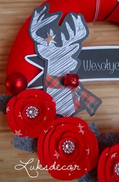 Winter Red Yarn Felt Wreath with red Roses, Gray Leafs and a Deer Detail - https://www.facebook.com