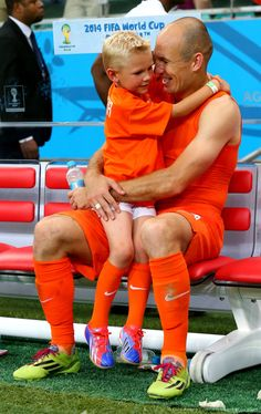 Arjen and his son Cool Pictures, Funny Pictures, World Cup 2014, Hunter Boots, Fifa, Beckham, Superstar, Rubber Rain Boots, Sons