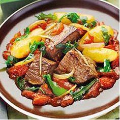 Romaziaf de boeuf malgache - Plat - 4 personnes - 10 min de prép. - 45 min de cuisson -       400g de viande de boeuf émincé      1 paquet de brèdes de mafane (ou de la salade roquette)      200g de pommes de terre ratte      1/2 oignon      3 gousses d'ail      1 cuillère de gingembre frais      2 cuillères d'huile Isio 4      2 tomates      250 ml de bouillon de veau      1/2 cuillère de fécule de pommes de terre      Sel