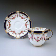 今は無きブランド「クレッセント(ジョージ・ジョーンズ)」の可憐なコーヒーカップです。   アイテム全体に小さな可愛らしいピンクのバラが散りばめられ、縁は輝きと深みのある紺でまとめ上げられたとても完成度の高い作品です。二人のウィークエンドのモーニングコーヒーにとてもお似合いですね。       ⇩ http://eikokuantiques.com/?pid=91020800
