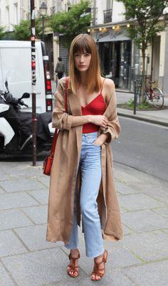 Camel + rouge + jean délavé, le bon mix -caraco rouge, body, jean délavé flare, denim 7/8 cropped, sandales marron, trench camel, par-dessus long, frange, cheveux mi-long, sac bandoulière rouge, street style, look, mode, fashion-