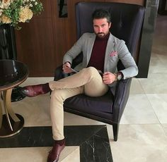 Beige pants and grey blazer. Smart Casual Menswear, Men Casual, Urban Fashion, Mens Fashion, Beige Jeans, Dapper Gentleman, Elegant Man, Business Look, Well Dressed Men
