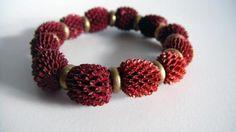 Australian bracelet Pulsera realizada con semillas naturales de pino de australia en color oro, discos metálicos,
