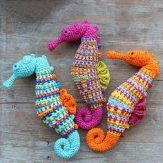 #haken, gratis patroon (Engels), zeepaardje, amigurumi, knuffel, speelgoed, #haakpatroon, meer gratis patronen op de site: Ami Fun in the Sun, #crochet, free pattern, seahorse, stuffed toy, more patterns on site