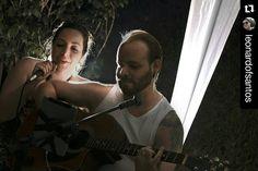 """""""Eu quis td conhecer mas chega de insistir Caberá ao nosso amor o que há de vir.... Paper clips in my bed  Everybody thinks that i am sad How i take a ride in melodies and bees and birds..."""" Sem muitos comentários, ano novo vendo o Amor transparecer!! Valeu Rafael Maccheronio e Nina Luiza Sigam @photometria.producao FOTO: @leonardofsantos  #song #cantar #sing #couple #love #amor #musica #music  #anonovo #2016 #newyear #guitar #violao #voz #instagood #fotofodia #picoftheday #photometria…"""