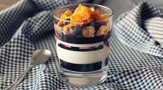 Low Carb Rezept für Knuspriger Frozen Joghurt mit Blaubeeren und Cornflakes. Wenig Kohlenhydrate und einfach zum Nachkochen. Super für Diät/zum Abnehmen.