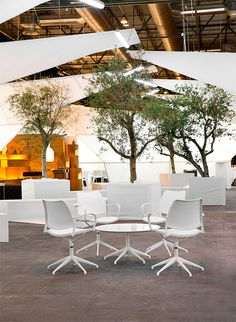 Arco art fair is the international meeting poing of contemporary art in Madrid. This year, Emmanuel Romero Architect has conceived the VIP area. A concept all in white & lightness to suit STUA's. Sala Vip, Workspace Inspiration, Modern Love, Lounge Areas, Furniture Collection, Contemporary Art, Relax, Dining Table, Outdoor Decor
