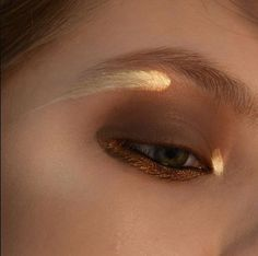 Brown mauve shade with hints or orange copper shades, glitter shimmer on the lower lash line with gorgeous streaks of gold under the brow and in the inner corner.