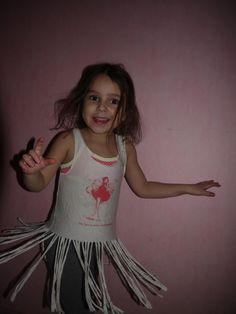 Iris, la petite d'Alexandra blogueuse teste le tshirt à franges et tourbillonne de plaisir !