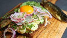 Lise Finckenhagen er inspirert av det danske smørbrødet «Sol over Gudhjem», som er en bornholmsk spesialitet med røykt sild og eggeplomme. Hun har laget sin egen variant og kaller den «Solen skinner på Jacobsen». Foto: Tone Rieber-Mohn / NRK Vegetables, Men, Food, Meal, Essen, Vegetable Recipes, Hoods, Meals, Eten