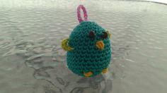 Ptáček - přívěsek Ručně háčkovaný ptáček - přívěsek (třeba) na klíče Velikost: 7 cm Materiál: 100% bavlna (výplň: duté vlákno)