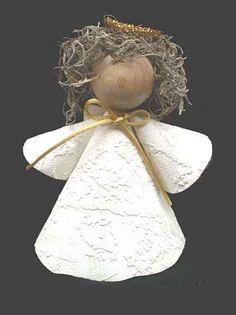 Schlichter Engel aus einem Stück Tapete gebastelt