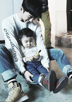 pictures of idols with kids... my heart explodes every time I see it