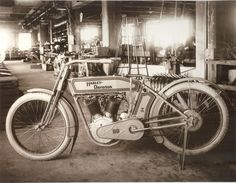 Vintage Motorcycles in the Harley Davidson factory - In William S. Harley drew up plans for a small engine with a displacement of cubic inches cc) and four-inch mm) Vintage Harley Davidson, Harley Davidson History, Harley Davidson News, Harley Davidson Motorcycles, Harley Davison, Hd Vintage, Vintage Bikes, Custom Harleys, Old Bikes