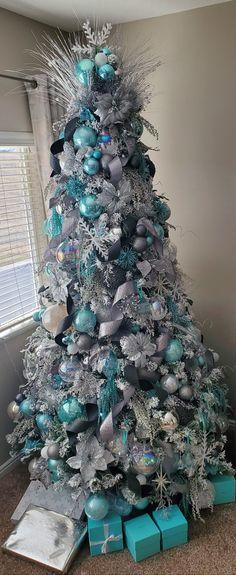 Blue Christmas Tree Decorations, Flocked Christmas Trees Decorated, Christmas Tree Decorating Tips, Frosted Christmas Tree, Creative Christmas Trees, Cute Christmas Tree, Silver Christmas Tree, Colorful Christmas Tree, Xmas Tree