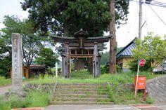 長野県高山村の高杜神社本社です。-Takamori Jinja Honsya (Takayama Village,Nagano)- 木に囲まれた長い参道のある神社です。本殿は1848年に亀原和太四郎嘉重さんが手掛けたもので、高山村の文化財に指定されている。