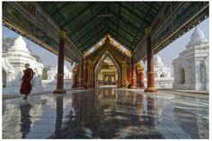 """Mandalay - Kuthodaw Pagoda (Myanmar) - Importante complesso religioso soprannominato """"Il libro più grande del mondo"""" perchè intorno allo stupa centrale, il Maha Lawka Marazein Paya ,si trovano 729 lastre di marmo, custodite ognuna dentro un piccolo stupa bianco, sulle quali è stata incisa, su entrambi i lati, una parte del Tipitaka, il testo sacro del Buddismo Theravada. Riunite insieme queste lastre formano in effetti il libro più grande del mondo."""