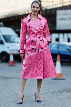 See the looks that caught our attention, and stay tuned for more of London Fashion Week's top street style moments. Rain Fashion, Moda Fashion, Fashion Week, 1940s Fashion, Top Street Style, Spring Street Style, Street Style Women, Pink Trench Coat, Trench Coats
