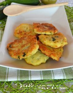 Frittelle di zucchine con patate e parmigiano. My mom made up potato 'pancakes' as a child, but I never thought of adding zucchini. No Salt Recipes, Veggie Recipes, Cooking Recipes, I Love Food, Good Food, Yummy Food, Fingers Food, My Favorite Food, Favorite Recipes